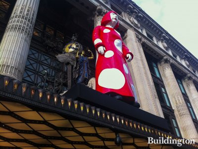 Yayoi Kusama at Selfridges entrance in October 2012.